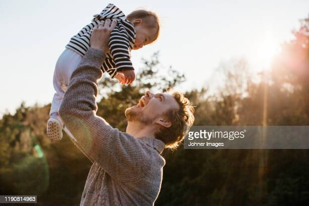 father with baby - mid volwassen mannen stockfoto's en -beelden