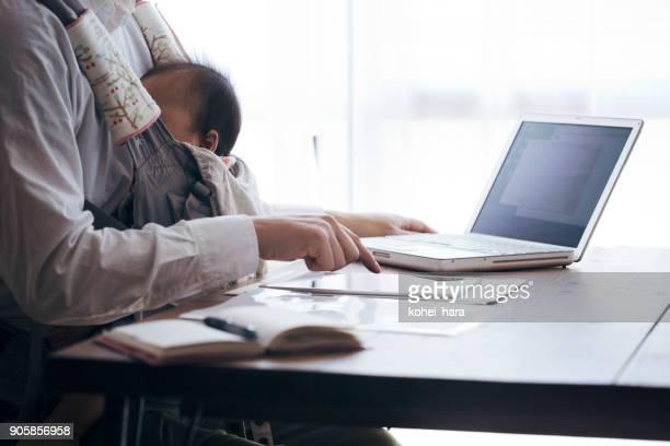 自宅で仕事の赤ちゃんと父親