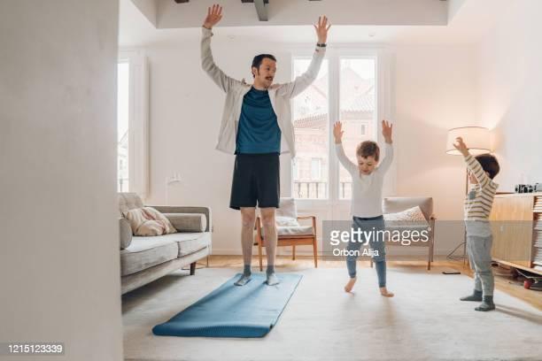 vater mit kindern trainiert zu hause - turner syndrome stock-fotos und bilder