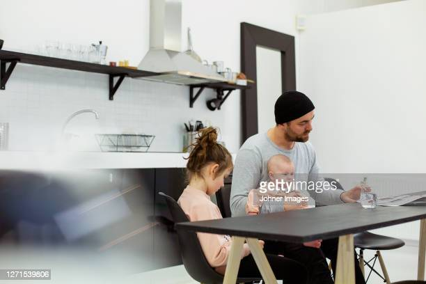 father with children in kitchen - paternity leave stock pictures, royalty-free photos & images