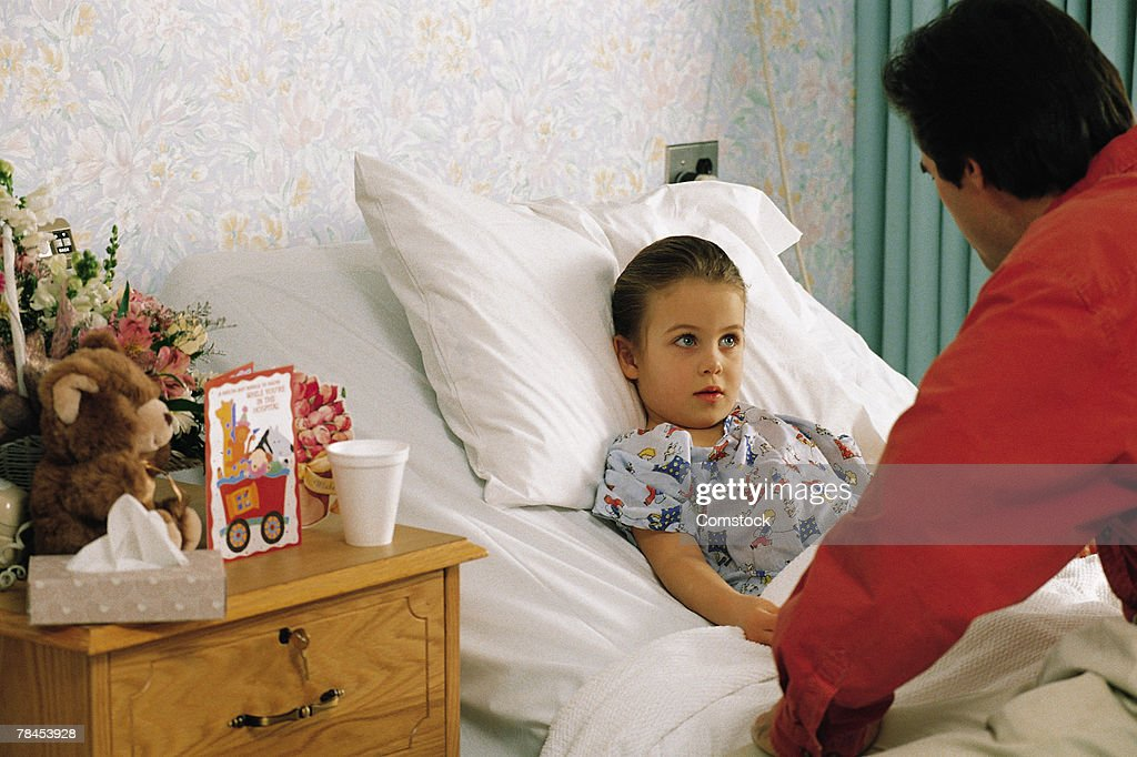 Father with daughter in hospital room : Stockfoto