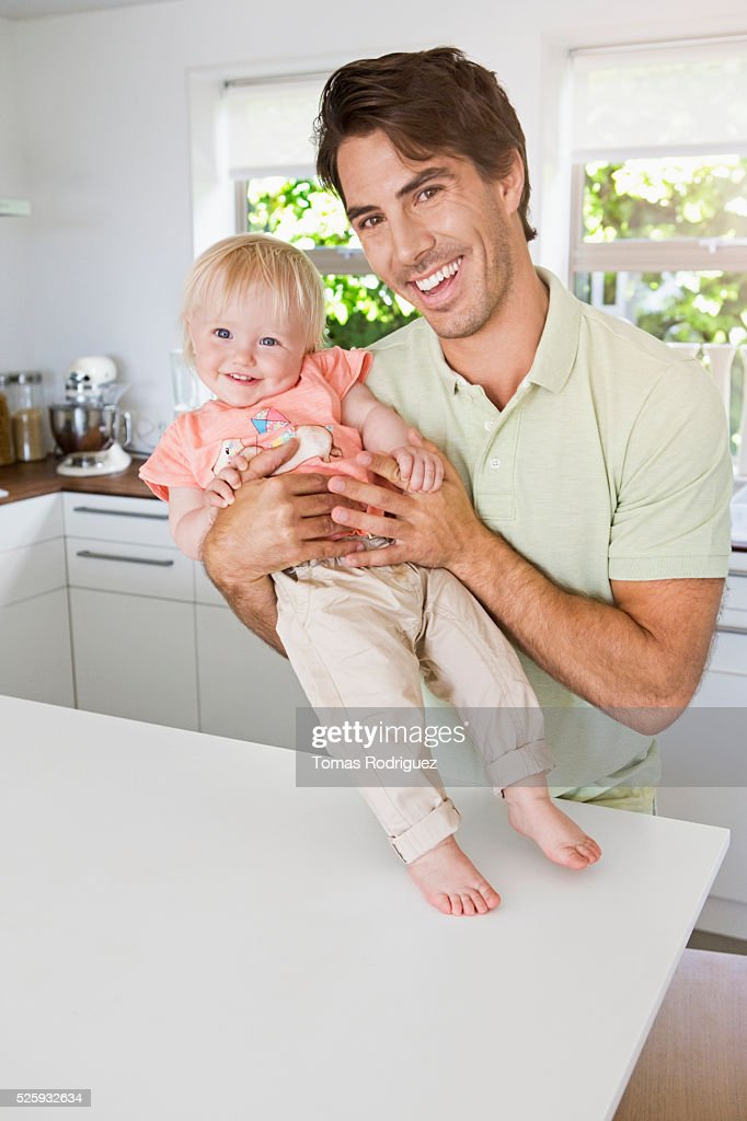 Father with daughter (12-23 months) in kitchen : Foto stock
