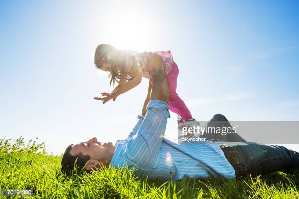 Pai com a filha no parque.