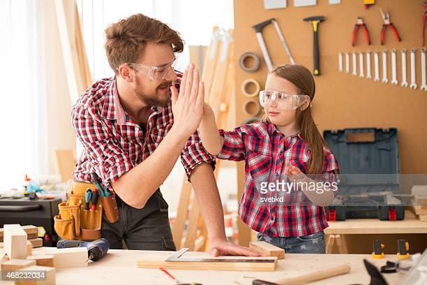 Vater und seine süße kleine Tochter in woodshop.