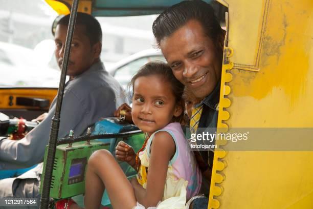 トゥクトゥクニューデリーの中で娘と一緒に父親 - fotofojanini ストックフォトと画像