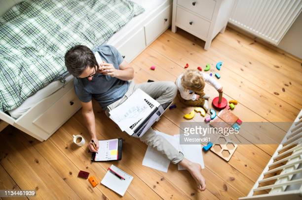 father with his little son working from home - home office fotografías e imágenes de stock