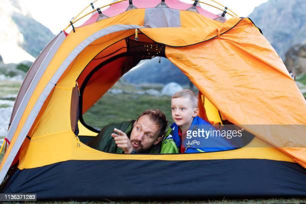 vader met zijn zoon in tent in mountain - pyreneeën stockfoto's en -beelden