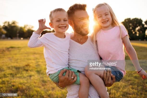Padre con niños