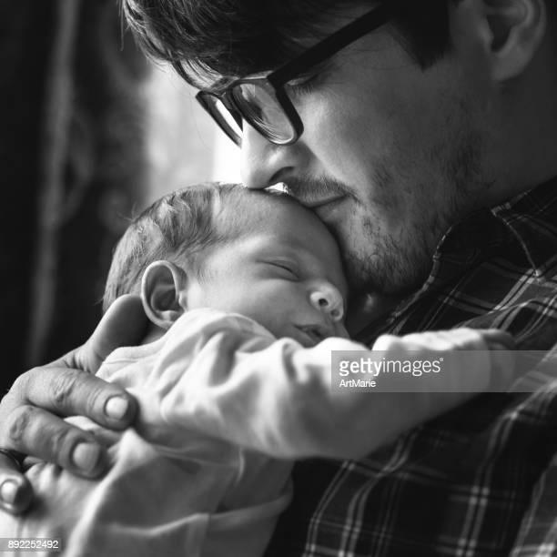 Père avec nouveau-né de B&W