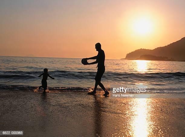 father with son at sunset - hans neleman ストックフォトと画像