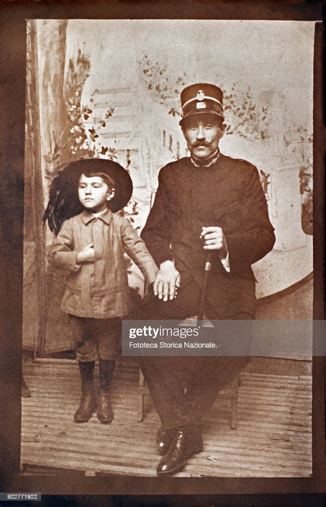 Father with son of about five years, in uniform of bersagliere. Photograph, Italy, around 1915.