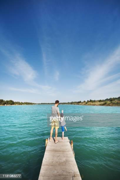 pai com o filho o o lago - família de um filho - fotografias e filmes do acervo
