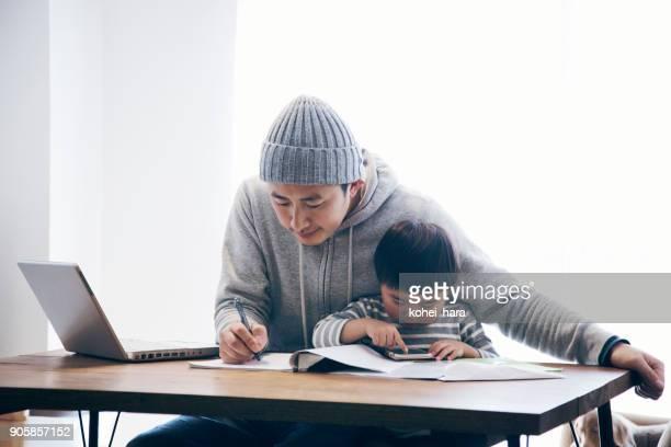 Vater mit Sohn zu Hause arbeiten
