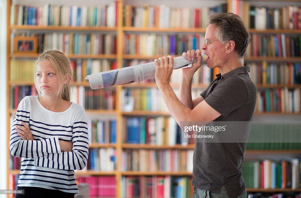 Father Yelling Trough A Megaphone : Nachrichtenfoto