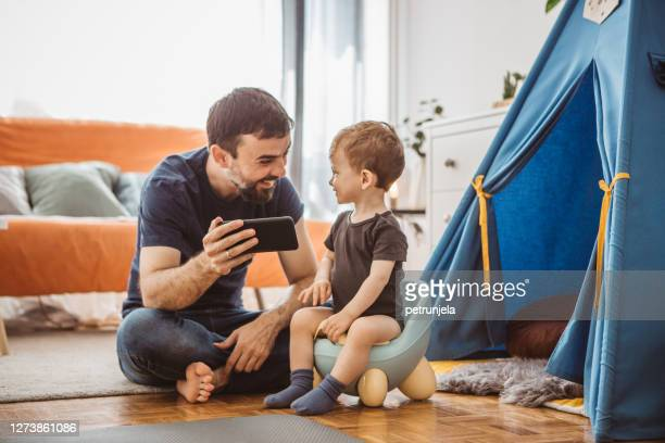 vatertag - familie mit einem kind stock-fotos und bilder