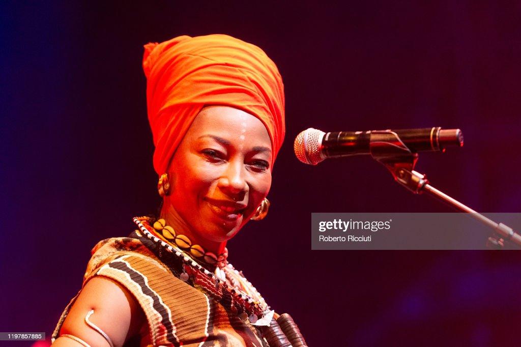 Fatoumata Diawara Performs at Tramway, Glasgow : ニュース写真
