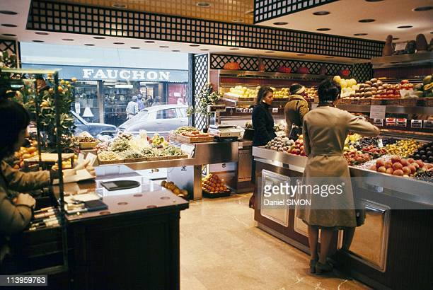 Elite paris food store stock photos and pictures getty for Showroom cuisine paris