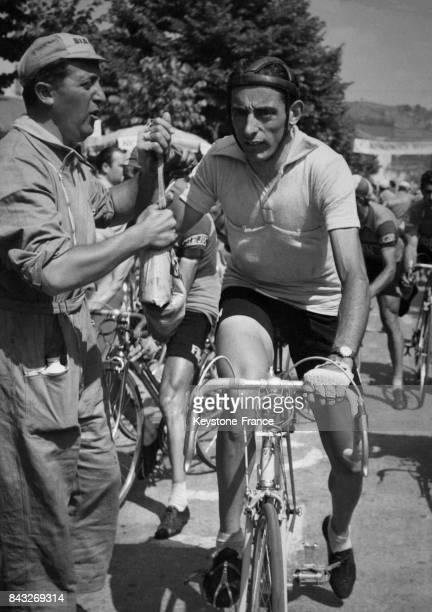 Faust Coppi au ravitaillement durant la 17e étape du Giro en Italie en 1955