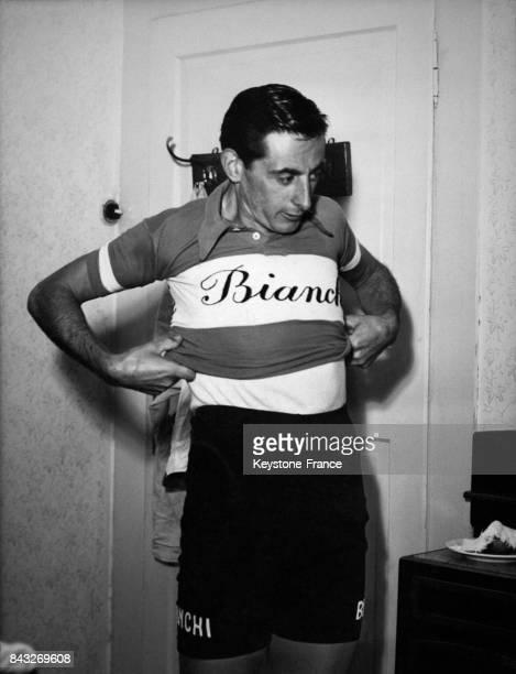 Fausto Coppi endosse son maillot pour participer à sa première course depuis sa chute dans le Tour d'Italie le 24 septembre 1950