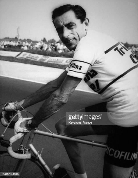 Fausto Coppi sur son vélo avant le départ de la course à Berlin Allemagne le 23 août 1959