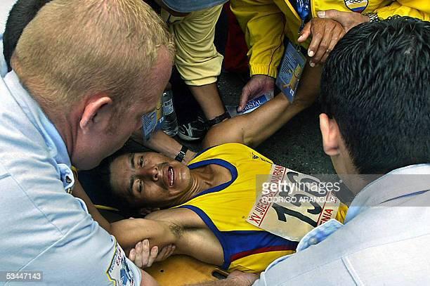 Fausto Quinde de Ecuador es atendido por paramedicos luego de cruzar la meta de los 50km Marcha durante los XV Juegos Bolivarianos en Armenia...