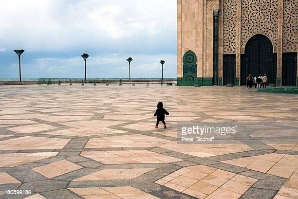 Fausto Tietze am Rande der Dreharbeiten zur ZDFReihe Traumschiff Folge 43 Thailand Asien Casablanca/Marokko/Afrika Moschee Moulay Youssef Kind Baby...
