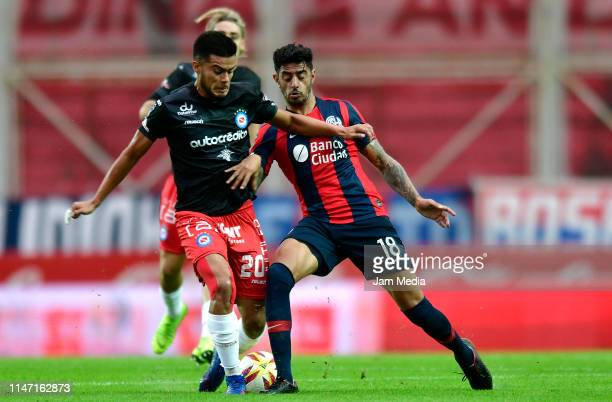 Fausto Vera of Argentinos Juniors and Roman Martinez of San Lorenzo fight for the ball during a round of sixteen second leg match between San Lorenzo...