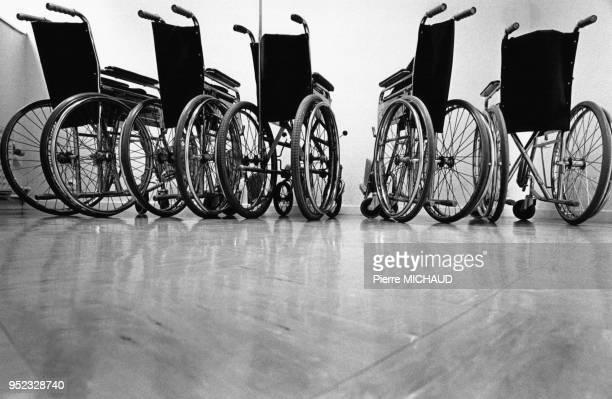 Fauteuils roulants aux urgences de l'hôpital de la Croix SaintSimon à Paris en 1989 France