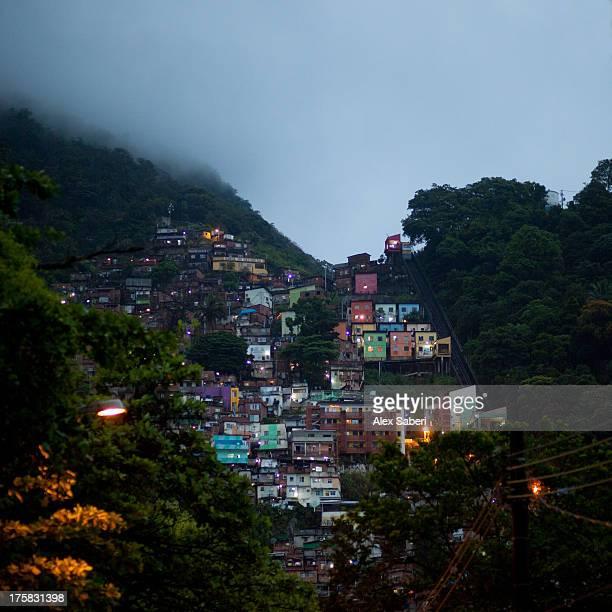 favela santa marta in the botafogo area of rio de janeiro. - alex saberi stock pictures, royalty-free photos & images