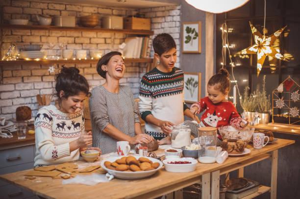 最喜歡的家庭傳統 - 焗 預備食物 個照片及圖片檔