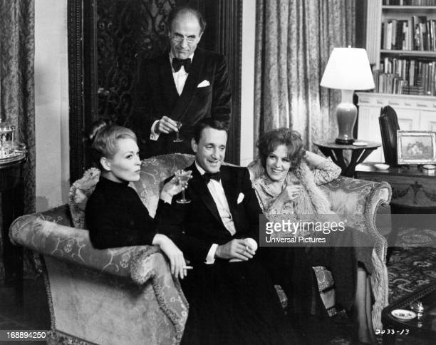 Faye Dunaway Barry Morse Roy Scheider and Viveca Lindfors sip cocktails in a scene from the film 'Puzzle Of A Downfall Child' 1970