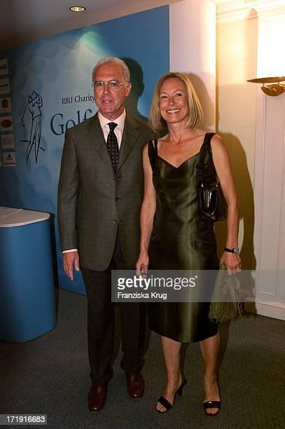 Fc Bayern Präsident Franz Beckenbauer Und Ehefrau Sybille Laden Zum Empfang Zum 'Rbu Charity Golf Cup 2001' In Hamburg Am 130501