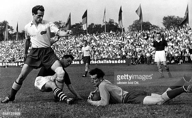 FDGBPokal 1954/55 Endspiel in Leipzig SC Wismut KarlMarxStadt SC Empor Rostock 32 Spielszene ein KarlMarxStädter kommt zu spät der Rostocker Torwart...