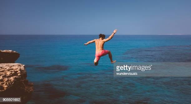 Furchtlosen Klippenspringer Tauchen in tropischen Insel Meer