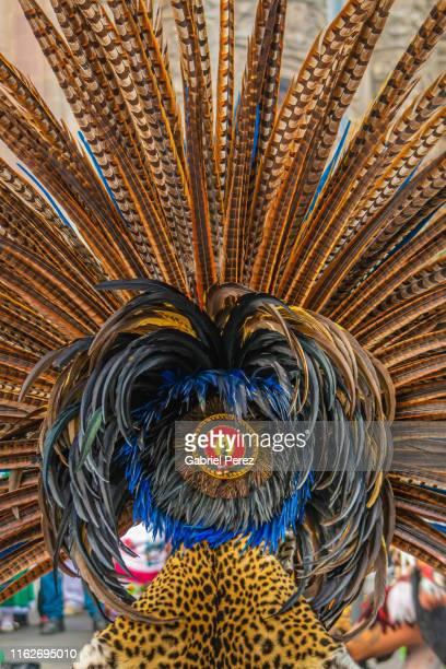 a feathered aztec headdress - ornamento del capo foto e immagini stock