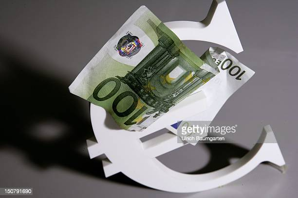 Feature 100 Euro banknote with Eurologo