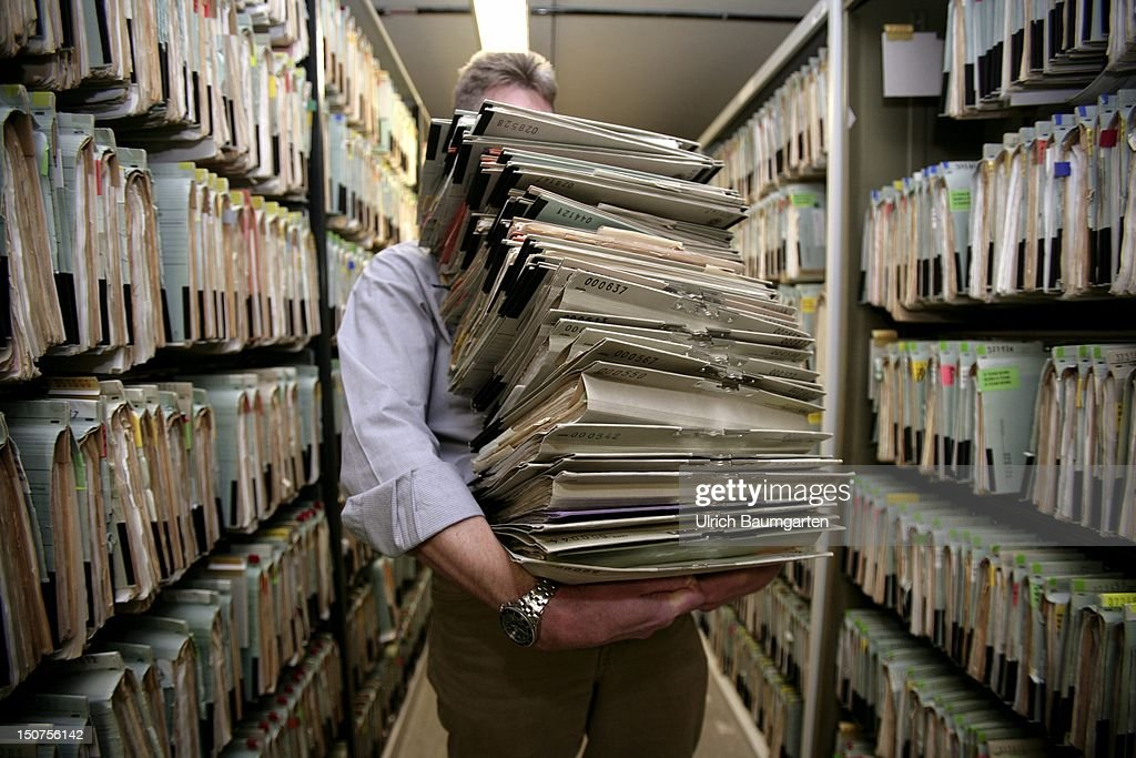GERMANY, Feature bureaucracy, Our picture shows a man carrying a big mountain of files. : News Photo
