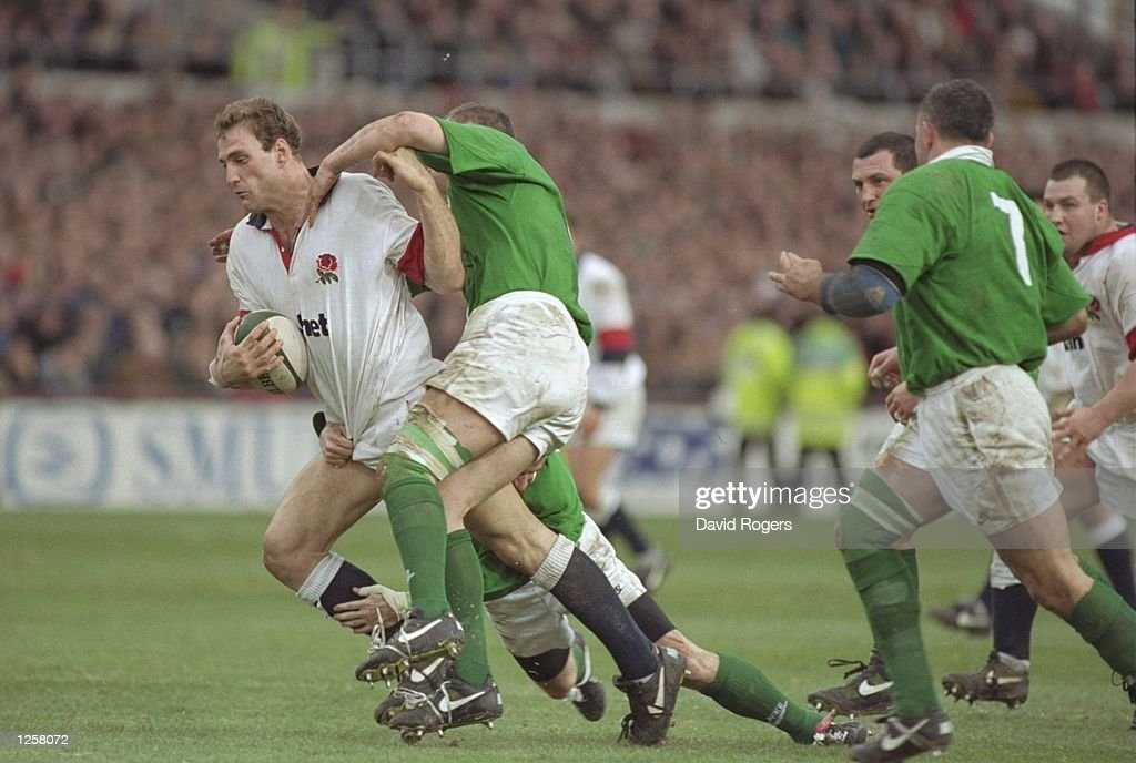 Lawrence Dallaglio of England bursts through the Irish defence : News Photo