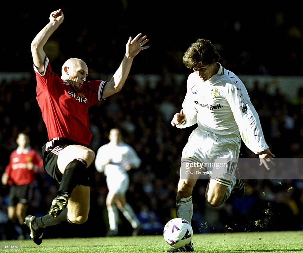 Jaap Stam of Manchester United challenges Harry Kewell of Leeds United : News Photo