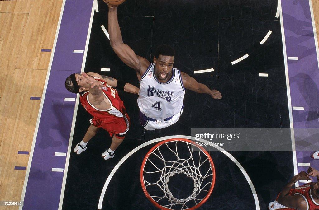 Chris Webber dunks the ball : News Photo