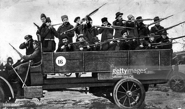 Februarrevolution Eine Patrouille der Roten Garde inPetersburgMärz 1917Achtung Beginn der Revolution am 2302 nach altem russischen am 0803 nach neuem...