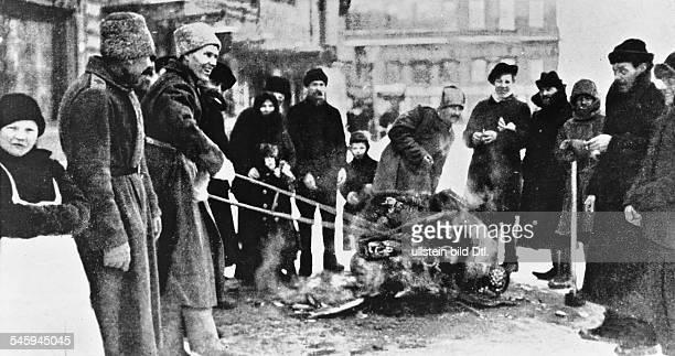 Februarrevolution Zaristische Hoheitszeichen werdenauf der Strasse verbranntPetrograd Februar/März 1917Achtung Beginn der Revolution am 2302 nach...