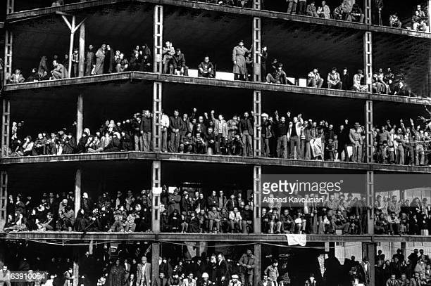 CONTENT] February 1979 people are waiting for Khomeini's arrival from Paris