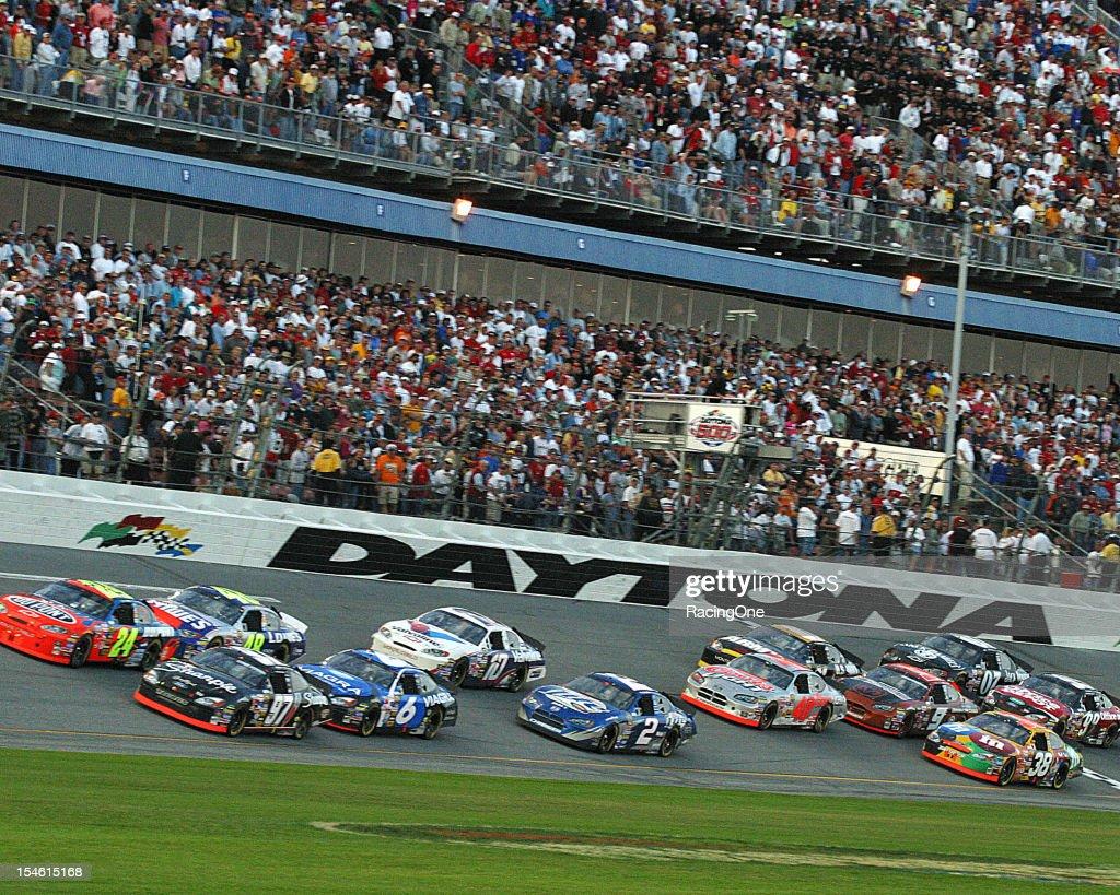 2005 NASCAR Daytona 500 - Tri-Oval Action : News Photo