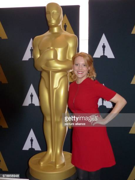 February 2018, USA, Los Angeles: The German actress Nina Rausch next to an Oscar statue. Photo: Barbara Munker/dpa