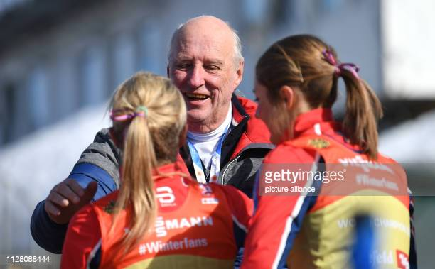 Nordic skiing World championship crosscountry relay 4 x 5 km women King Harald of Norway stands next to the runnersup from Norway with Ingvild...