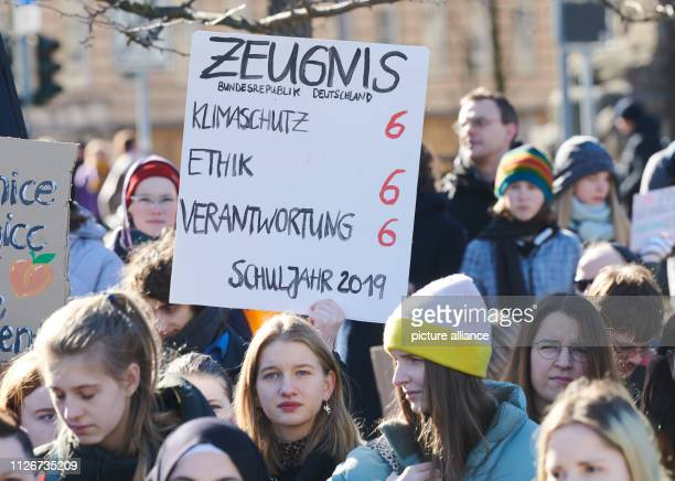 Pupils demonstrate for climate protection in Inavlidenpark and give the worst rating to climate protection by poster In many cities students take to...