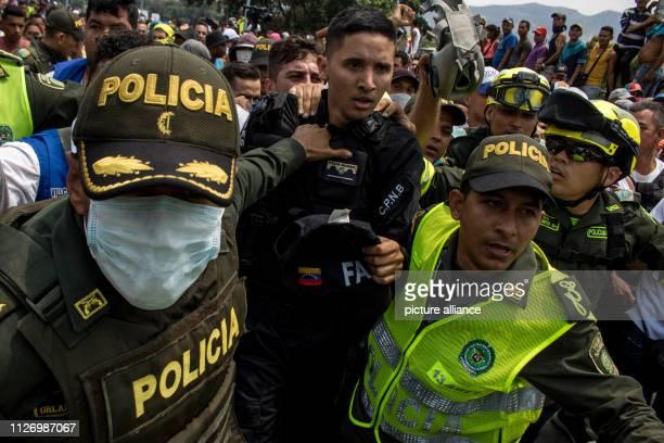 The Colombian police stop a Venezuelan policeman at the international bridge Simon Bolivar There Venezuelans tried despite the closure of the border...