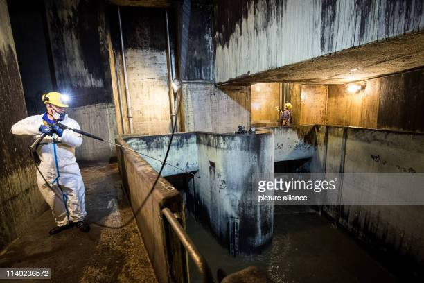 February 2019, Hamburg: Heiko Wamser, sewer operator near Hamburg Wasser, during a control and cleaning operation in the Norderdüker sewage system....