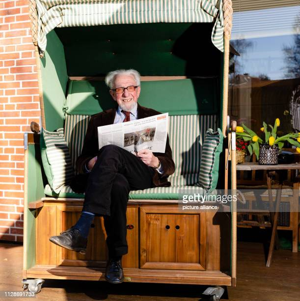 27 February 2019 SchleswigHolstein Kiel Gotthilf Hempel sits with a newspaper in a beach chair in front of his house in Molfsee The scientist was...